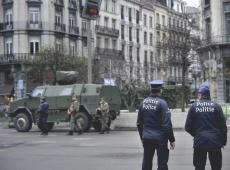 Militairen en politieagenten aan het werk